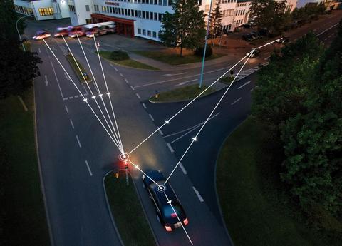 Når bilene kan utveksle informasjon med hverandre, veien og annen trafikkinfrastruktur, (bil-til-x-kommunikasjon), kan veisystemet utnyttes bedre, ulykker kan unngås, og samhandling mellom ulike transportformer kan tilrettelegges på en mer miljøvennlig måte. Illustrasjon: Daimler-Benz