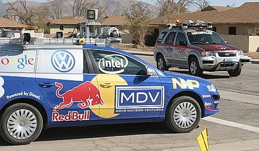 Fra DARPA Urban Challenge, en konkurranse for førerløse biler i et simulert bymiljø i 2007. Bildet gir et inntrykk av hvor mange instrumenter/sensorer som en selvkjørende bil trenger. Foto: DARPA.