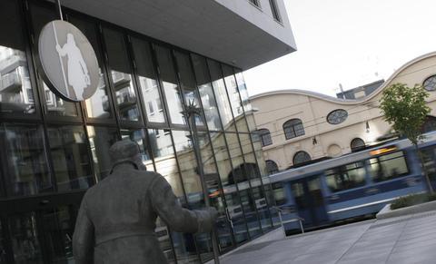 Trikk, buss, tog og T-bane nær Gjensidiges nye hovedsete i Oslo sentrum har ført til at de ansattes bilbruk er blitt kraftig redusert. Foto: F. Dahl.