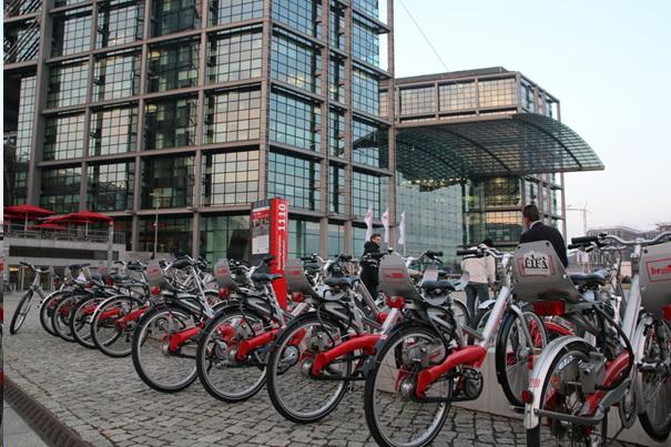"""Deutsche Bahn har et """"Call a Bike""""-tilbud i over 50 tyske byer, men systemet er knyttet til smarttelefoner som de færreste tyskere har. Mange sykler står derfor ubrukt. Nå vil forskerne ha et integrert system for bil- og sykkelleie knyttet til billetten. Foto: Terje I. Olsson."""