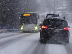 Snøen fant det for godt å falle relativt tett også over Oslo-området 15. januar. Det tok ikke mange minuttene før veiene ble både hvite og glatte, og trafikken sto bom stille … Foto: Are Wormnes.