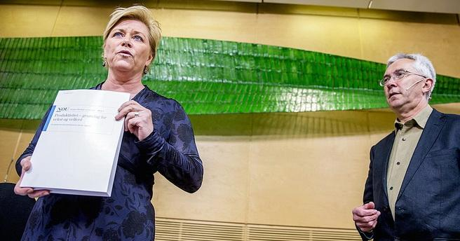 Siv Jensen mottar kommisjonens rapport fra lederen, Jørn Rattsø. Foto: Stian Lysberg Solum / NTB scanpix.