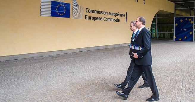 Samferdselsminister Ketil Solvik-Olsen (nærmest) og Norges ambassadør til EU, Atle Leikvoll, på vei inn til et møte med representanter for EU-kommisjonen i Brussel i slutten av januar i år. Foto: Stian Mathisen, EU-delegasjonen/Creative Commons.