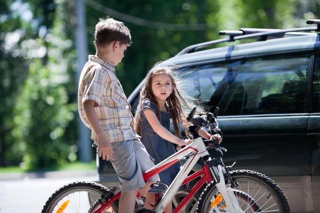 Barn og bil. Foto