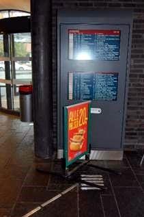 Foto. Reklameskilt på ledelinje for synshemmede.