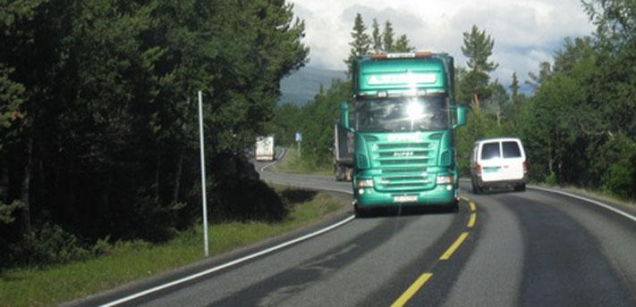«70 % av de omkomne i lastebilulykker i Norge er fra møteulykker, og denne ulykkestypen er også dominerende for buss.», skriver artikkelforfatteren. Illustrasjonsfoto: Samferdsel