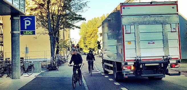 Varemottaksområder ved butikker bør være tilrettelagt med tanke på redusert mulighet for konflikt mellom syklister og tunge kjøretøy. Foto fra Trondheim: Petr Pokorny.