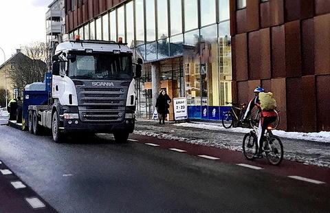 Tungt kjøretøy stående kloss inntil sykkelsti. Foto fra Trondheim: Petr Pokorny.