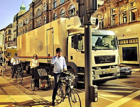 Syklister og tungt kjøretøy i lyskryss. Foto fra Aalborg i Danmark: Petr Pokorny.