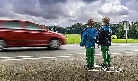 «Det er ikke galt å si at det var overgangen til systemtenkning som førte til at man i mange land fikk snudd økningen i antall drepte i trafikken til en nedgang fra omkring 1970», skriver Rune Elvik. Illustrasjonsfoto: ITF.
