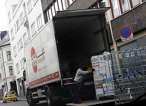 «Kanskje tror man at bilene som benyttes til nyttetransport er overflødige og kan erstattes av syklende varetransport», skriver Einar Spurkeland. Illustrasjonsfoto: Samferdsel.