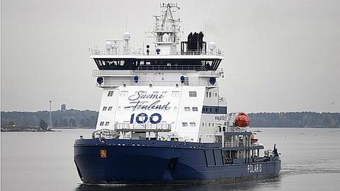 2017 skal bli den nye isbryterens første driftsår. I 2017 vil 100 år være tilbakelagt siden Finland erklærte seg selvstendig. Derav 100-tallet under broen. Foto: Arctia