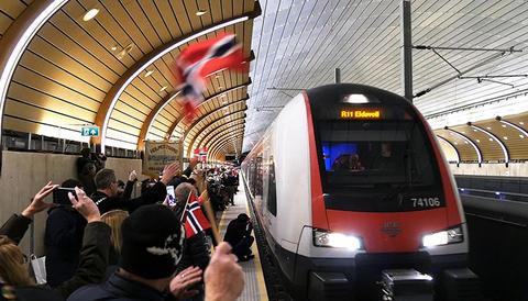Jubel i Holmestrands nye jernbanestasjon da stasjonen og den nye traseen i hver ende av den ble tatt i bruk i går. Foto: Freddy Samson Fagerheim/Jernbaneverket.