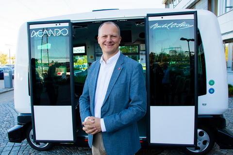 Samferdselsminister Ketil Solvik-Olsen, for anledningen foran en selvkjørende buss. Foto: Tor Livius Midtbø/SD