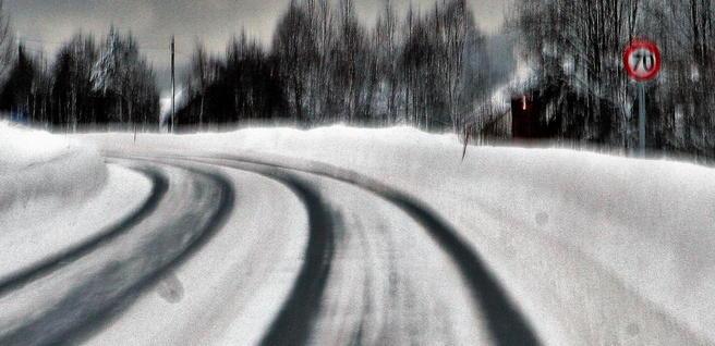 «Norske myndigheter burde innlede en dialog med bilprodusentene om hvordan man, for eksempel, kan utvikle teknologi som kan «lese» vegoppmerking under snø», skriver Rune Elvik. Foto: F. Dahl