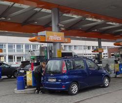 Dyrt, javel - men i forhold til inntektene våre, er drivstoffet billigere enn i  mange andre land ... Arkivfoto: Are Wormnes