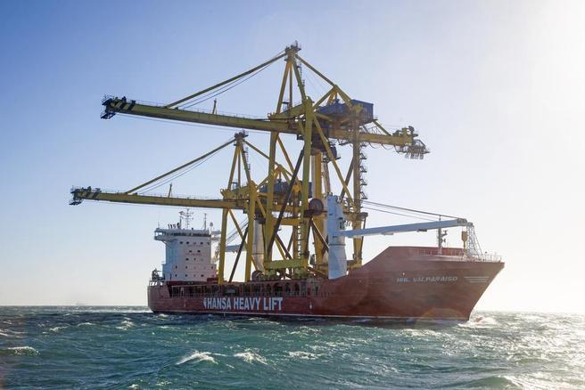 «HHL Valparaiso» med to 61 meter høye og 92 meter brede havnekraner om bord. Foto: © Hansa Heavy Lift.