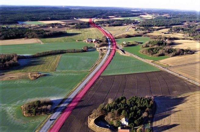 «En fordel med utbyggingen av E6 gjennom Østfold var at vegen var planlagt som motorveg allerede på 1960-tallet. Man unngikk da noen av de store inngrepene i landskap og naturverdier som en helt ny trasé kunne ha ført til», skriver artikkelforfatterne. Illustrasjon: Statens vegvesen.