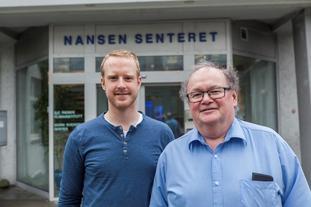 Forsker Tobias Wolf-Grosse (t.v.) og markedskontakt Lasse Pettersson, begge ved Nansensenteret, har studert hvordan store vannflater kan bidra til å redusere luftforurensningen i Bergen.
