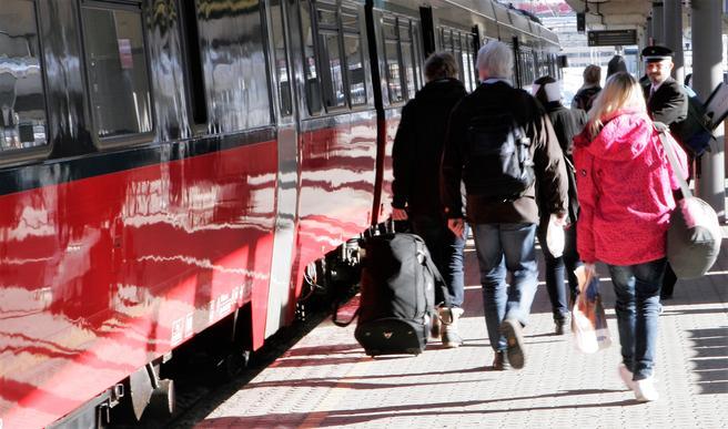«Toget, selv med 3,5 timers reisetid fra sentrum til sentrum i Oslo og Trondheim, kan konkurrere godt med flyet, til tross for at reisetiden blir en time lengre enn hva flere av lyntogtilhengerne gjerne ser for seg», skriver Frode Hammer. Foto: F. Dahl.