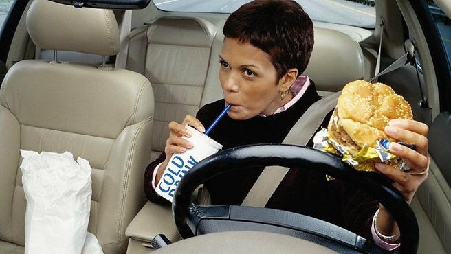 Å spise og drikke mens du kjører bil er ikke nødvendigvis noen god kombinasjon. Illustrasjonsfoto: AAA Foundation for Traffic Safety.