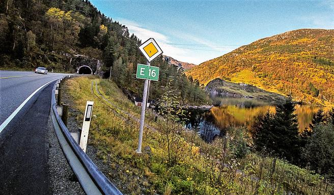 E16 mellom Arna og Voss har lenge vært en rasutsatt veistrekning. At utbedring og rassikring er blitt utsatt til andre periode i forslaget til ny NTP, har skapt sinne og irritasjon blant dem som daglig ferdes på strekningen. Foto: Otto von Münchow.