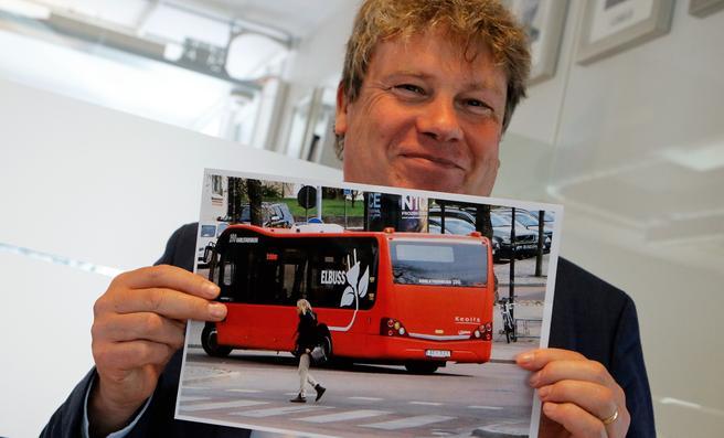 Gunnar Lindberg – med et bilde av en liten elbuss i svenske Karlstad, en aldri så liten illustrasjon på at kollektivtransporten er i rask utvikling. Foto: F. Dahl.