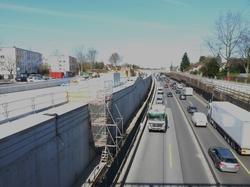 I forbindelse med udvidelsen af Motorvej A7 nord for Hamborg bliver en strækning på 6 km overdækket for radikalt at reducere støjen for naboerne som i dette tilfælde bor meget tæt på motorvejen.