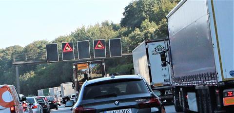 Trafikkork på motorveien ved en tysk storby – en av mange typer transportutfordringer som kan angripes ved hjelp av intelligente transportsystemer. Foto: F. Dahl.