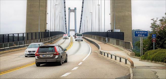 Askøybroen knytter Askøy til fastlandet. Den leder inn til bompengeringen som skal være med på å finansiere videre veiutbygging i kommunen.