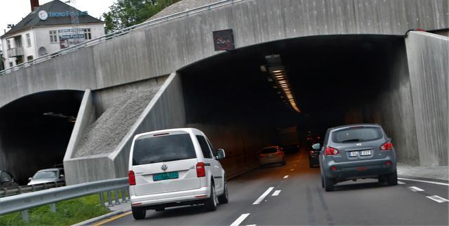 Brynstunnelen – nylig gjenåpnet for trafikk i fire felt etter at to felt lenge var stengt i forbindelse med utbedringsarbeider. Foto: F. Dahl.
