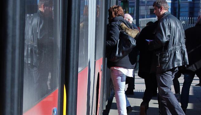«Funksjonshemmedes Fellesorganisasjon melder at rundt 46 prosent av personer med nedsatt funksjonsevne opplever transport som en utfordring i hverdagen, og Norges Blindeforbund at 80 prosent av synshemmede har problemer med å oppfatte hvilken buss som kommer», skriver Rudolph Brynn. Foto: Fotogruppa Sollerudstranda skole/ Standard Norge.