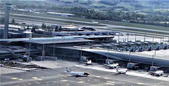 Avinor, som driver hovedflyplassen på Gardermoen (bildet) og 44 andre flyplasser i Norge, ser på linje med flyselskapene SAS og Norwegian at store andeler biodrivstoff i flyenes tanker kan bidra til å gjøre luftfarten mindre forurensende. Foto: F. Dahl.