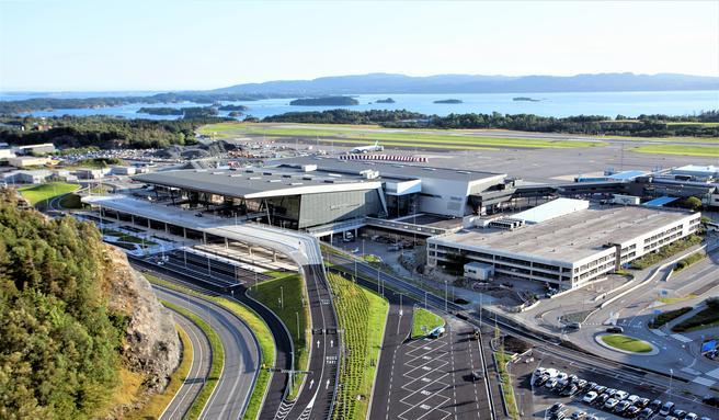 Bergen lufthavn Flesland har fått en utforming og noen tekniske løsninger som ifølge Avinor gir «store energibesparelser og miljøgevinster.» Foto: Varde/Avinor.
