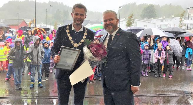 Tom Cato Karlsen (til høyre), statssekretær i Samferdselsdepartementet, overrakte i dag prisen til Kvinesdal kommune, representert ved ordfører Per Sverre Kvinlaug. Foto: Kjell Brataas/Samferdselsdepartementet.