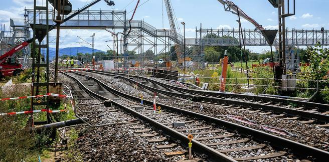 En rundt 150 lang seksjon av jernbanelinjen i Rastatt ble ødelagt av en tunnelboremaskin i arbeid bare få meter under linjen. Foto: DB AG/Thomas Niedermüller.