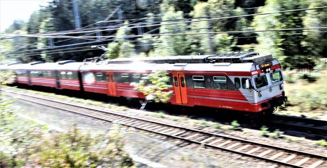 Over 30 år gamle NSB type 69-togsett – her et eksemplar på vei gjennom Nordmarka – er på vei ut fra strekningen Oslo–Gjøvik. Foto: F. Dahl.