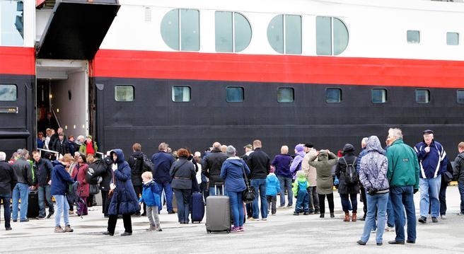Inntil en ny konkurranse er avgjort, er Hurtigruten AS alene om å betjene Hurtigruten. Det skjer ved hjelp av flere skip, inklusive «Trollfjord», her under et anløp i Bodø. Foto: F. Dahl.