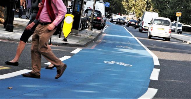 Fint at det sykles mye her i London og i Storbritannia forøvrig, mener transportmyndighetene, som på den annen side er skremt til handling av stygge ulykker med syklister involvert. Foto: F. Dahl.