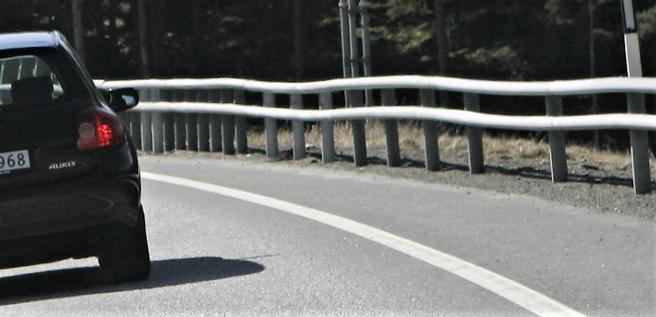 «Kjøretøy som treffer rekkverket kan kastes tilbake i motgående kjørefelt og treffe annen trafikk på vegen eller treffe hindre på motsatt side av vegen», skriver artikkelforfatterne. Foto: F. Dahl.