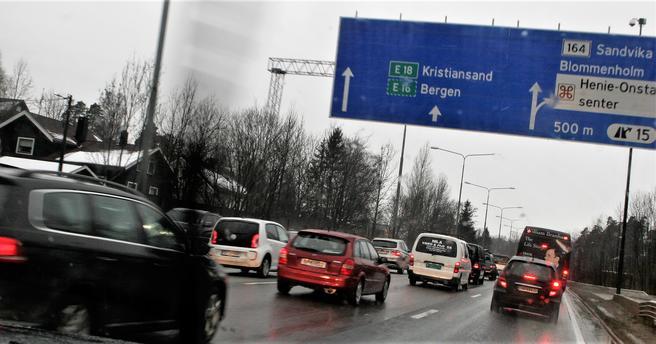 «Bussene stamper i samme kø som bilene på denne strekningen», sier seksjonsleder Marita Birkeland i Statens vegvesen. «Vi bedrer nå framkommeligheten for kollektivtrafikken.» Foto: F. Dahl.