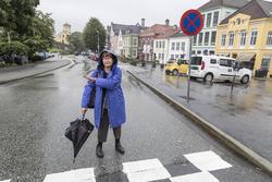 Filmregissør og -produsent Anne Magnussen viser hvor turistbussene gjerne parkerer på Klosteret – på gangfelt og ved «stopp forbud»-skilt.