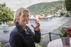Maria Udd er kunstner som har bodd mange år på Nordnes. Hun mener at busskaoset gjør Bergen til et dårlig reiseprodukt.