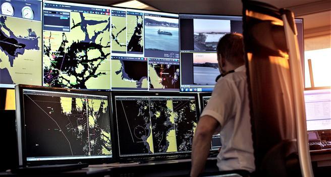 Skipsbevegelser overvåkes og reguleres fra Kystverkets fem sjøtrafikksentraler. Foto: Kystverket/Haakon Nordvik.
