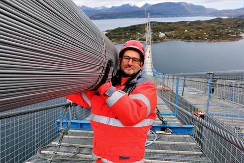 To bærekabler som hver har en diametertykkelse på 47 centimeter og veier 4000 tonn til sammen holder brua på plass. Solide saker, konstaterer fungerende prosjektleder Hans Jack Arntsen.