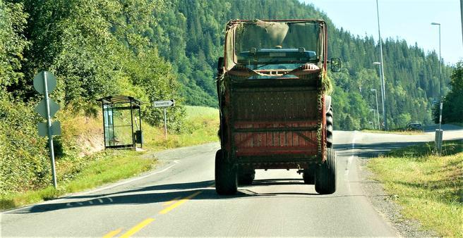 Beltepåbud for bilisten bak, men ikke for traktorføreren foran. Foto: Odd Roger K. Langørgen/Bygdeforskning.