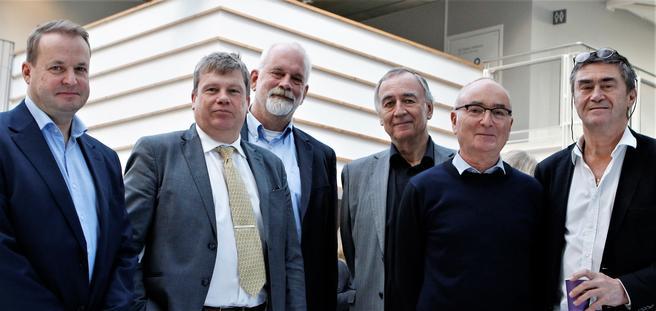 Blant nøkkelfolkene under dagens seminar, fra venstre: Per J. Lillestøl (konserndirektør, SINTEF), Gunnar Lindberg (direktør, TØI), Henk Meurs (professor ved nederlandske Radbout Universiteit), Lasse Fridstrøm (seniorforsker, TØI), Trond Foss (seniorrådgiver, SINTEF) og Jan-Eric Nilsson (professor, svenske VTI). Foto: F. Dahl.