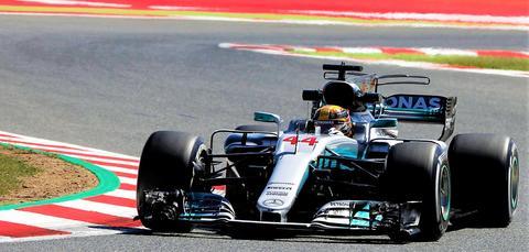 Bilde 1: Mercedes F1-bil – her med Lewis Hamilton som fører – som har vunnet alle mesterskapene siden 2014, der den nye 1,6 liters V6-turbomotoren ble innført. Foto: mercedes-benz