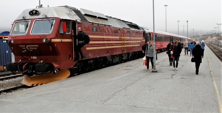 Dagens norske jernbanenett sørfra stanser i dag her i Bodø, etter å ha passert Fauske, som ligger øst for Bodø. Foto: F. Dahl.