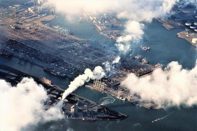 Rotterdam havn – her representert ved containerterminalen i området Maasvlakte – figurerer som Europas travleste havn. Foto: F. Dahl.